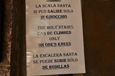 Η επιγραφή που εντέλλεται το ανέβασμα της Αγίας Σκάλας με τα γόνατα.