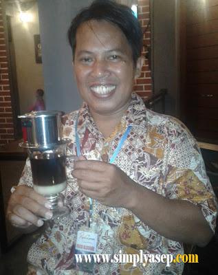 VIENTAM DRIP :  Penulis dengan senyum mengembang sambil memegang Vietnam drip coffee yang  baru saja disajikan oleh waiter.  Diabadikan dulu untuk pembaca budiman.  Foto Asep Haryono