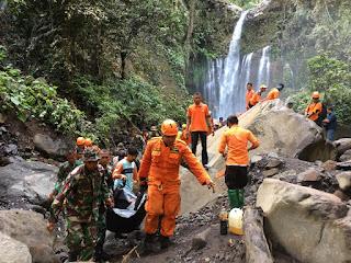 Danrem 162/WB Bantu Evakuasi Korban Tanah Longsor Akibat Gempa