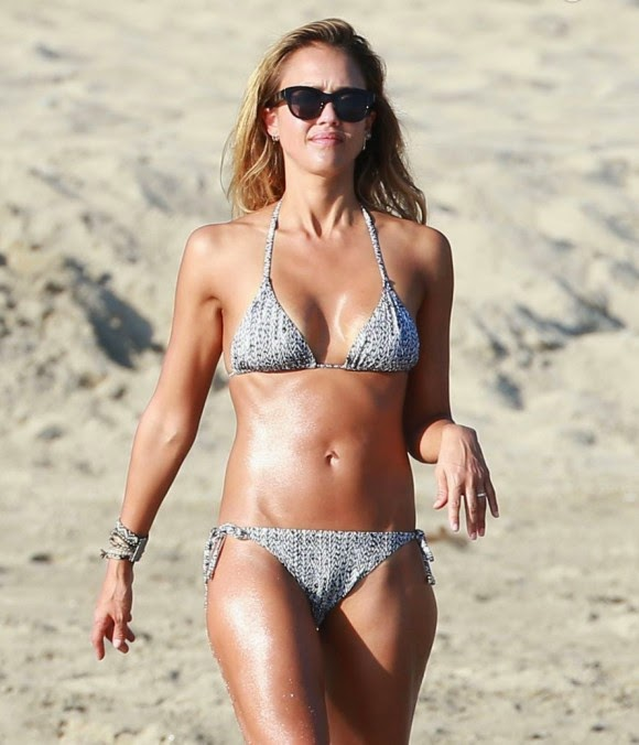 Jessica Alba: Sculptural to the beach and mother hen with her daughters