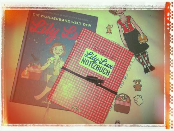 Foto der Bücher Lily Lux Notizbuch und Die wunderbare Welt der Lily Lux von Iris Luckhaus und Matthias Klesse sowie der Lily Lux Kühlschrankmagnete in angezogenem Zustand