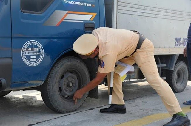 CSGT kiểm tra lốp xe