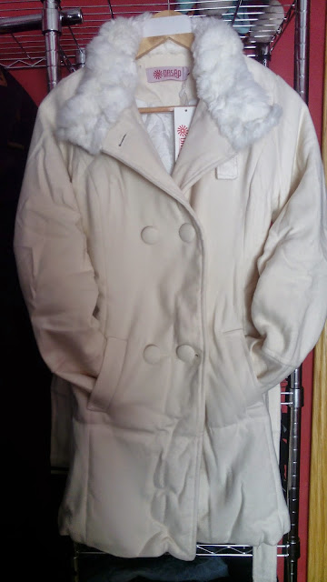 abrigo con cuello de pelo de oasap en color beige crudo.