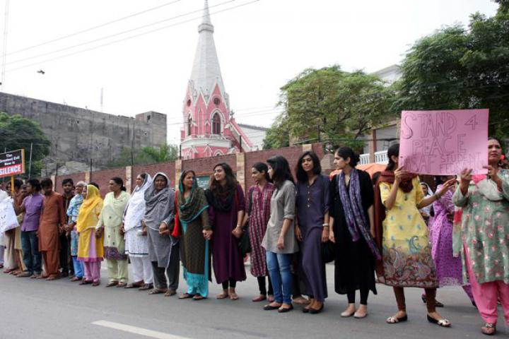 October 2013, Pakistan – Muslims form a Human chain to protect Christians during Lahore mass.