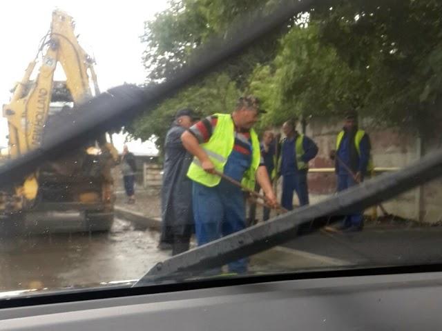 FOTO Asfaltare pe ploaie executată de Autotehnorom Suceava