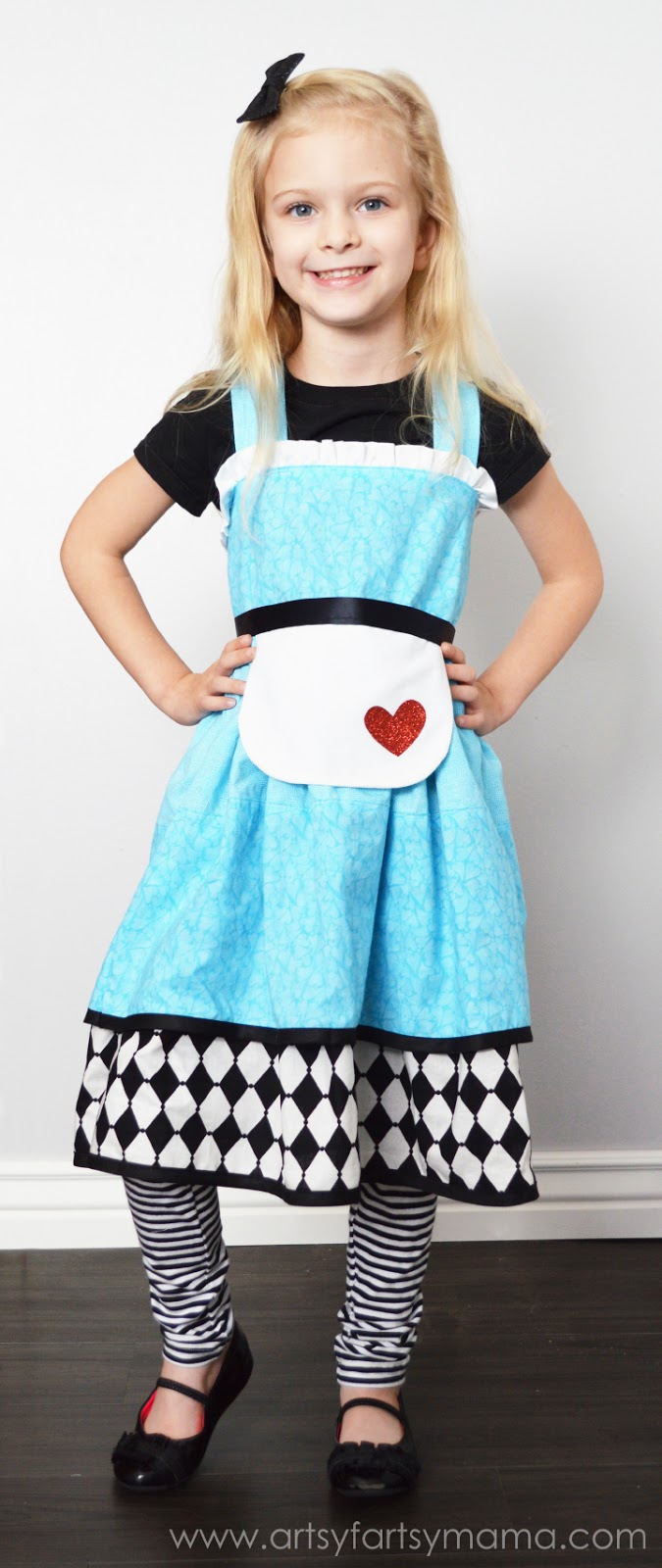 Alice in Wonderland Costume at artsyfartsymama.com #Halloween