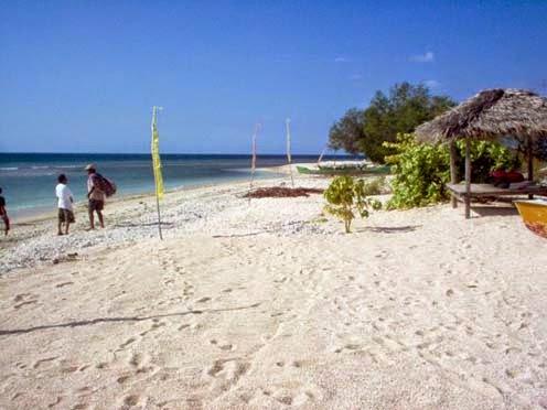 adalah tempat wisata pantai yang cukup populer di Lombok Wisata Pantai Senggigi Lombok