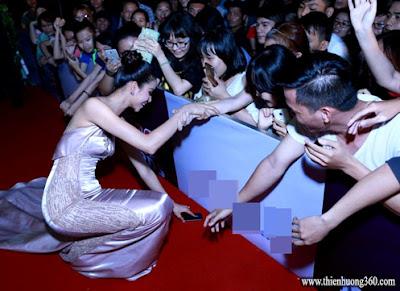 Phạm Hương cúi xuống nhặt điện thoại rơi giúp cho fan hâm mộ