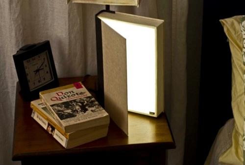 Lampu keren terbuat dari buku bekas.
