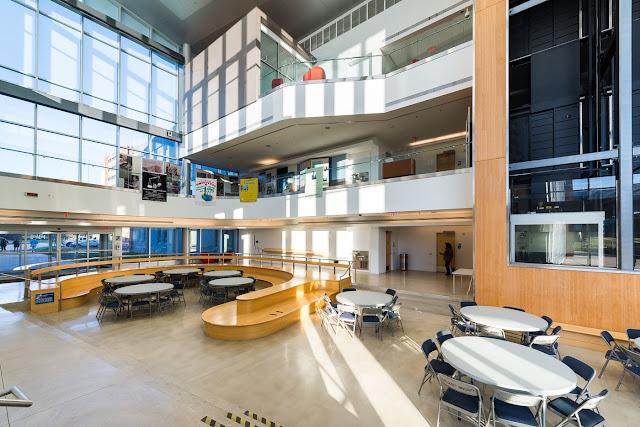 Sala de uno de los nuevos edificios de la Universidad de Gallaudet, ejemplo de la arquitectura DeafSpace