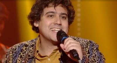 George Sauma anima o público com sapateado — Foto: Globo