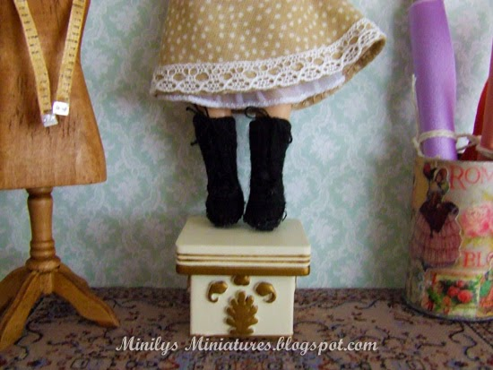 """minilys miniatures"" doll dress, botas lana, 1:12"