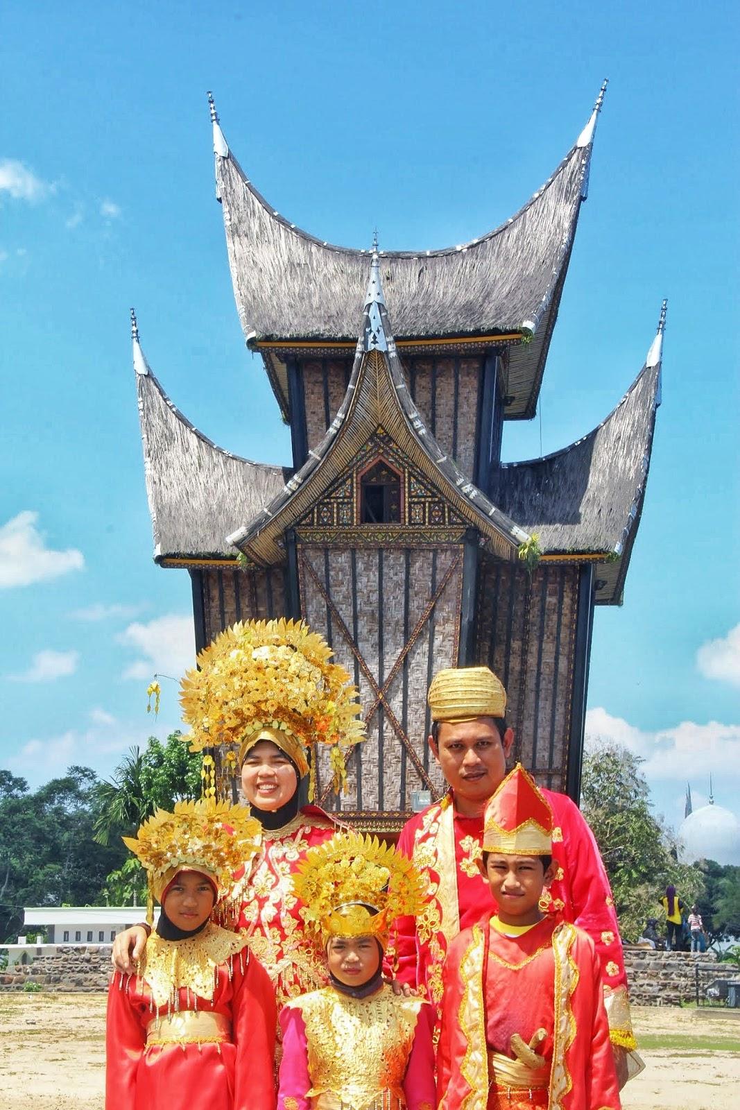 Keluarga Bahagia Bergaya Dengan Pakaian Tradisional Melayu Minang Di Istana Pagar Ruyong