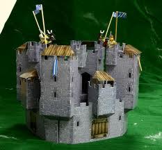 Castillo hecho con cartón reciclado