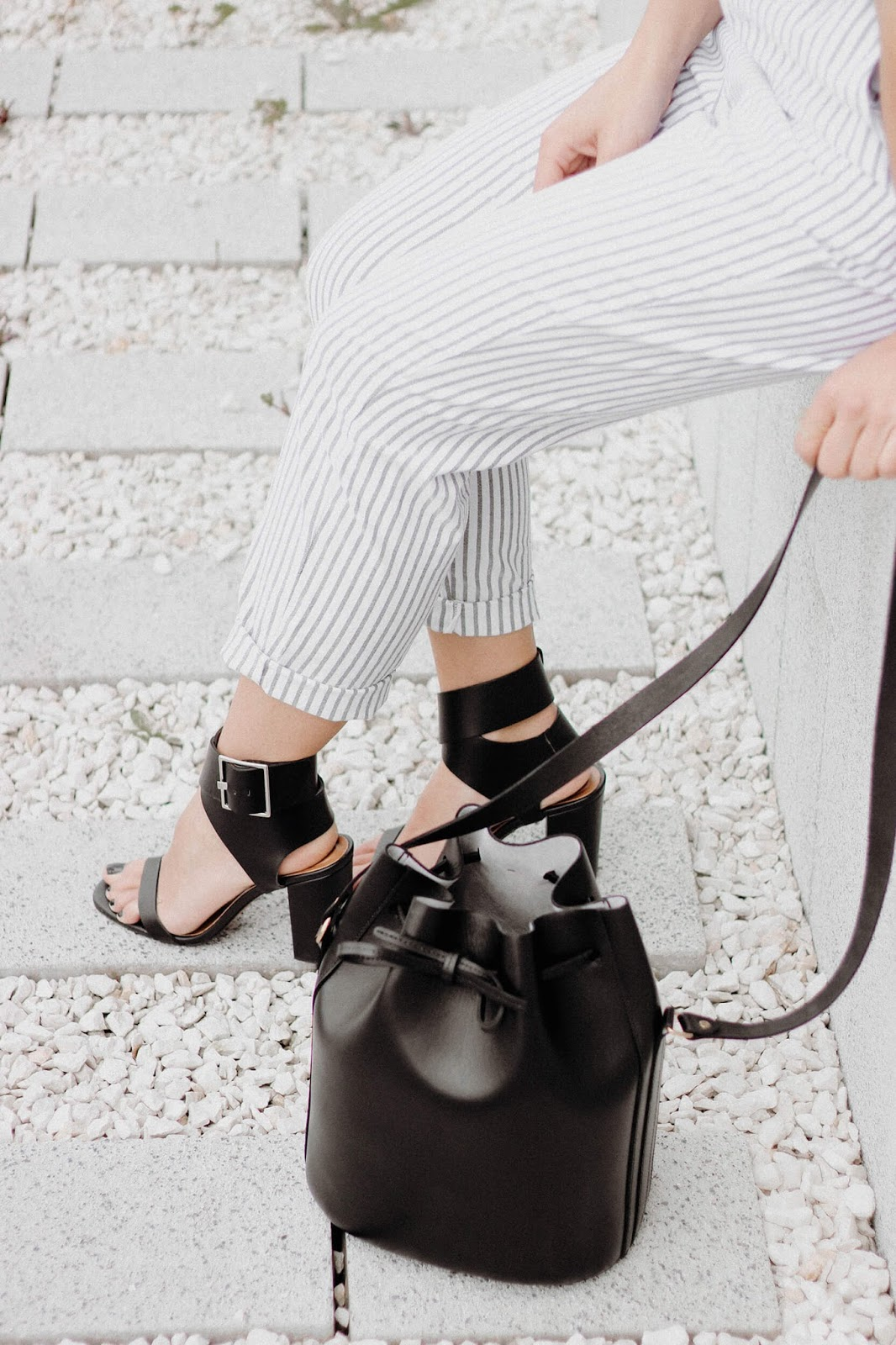 STRIPES JUMSUIT BLOCK HEELED SANDALS AND BUCKET BAG LOOK