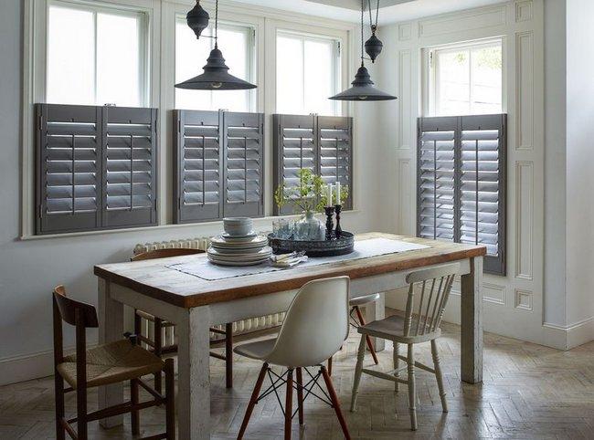 Szare okiennice wewnętrzne, shutters w kuchni