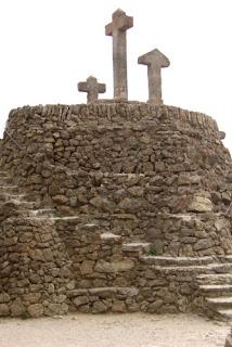 Las cruces en la cima del Calvario del Park Gëll de Gaudí
