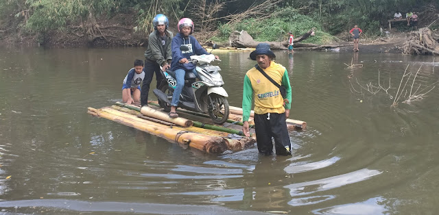 Jembatan Paddangeng Perawatan, Warga Buat Perahu Batang Pisang Untuk Mengais Rezki