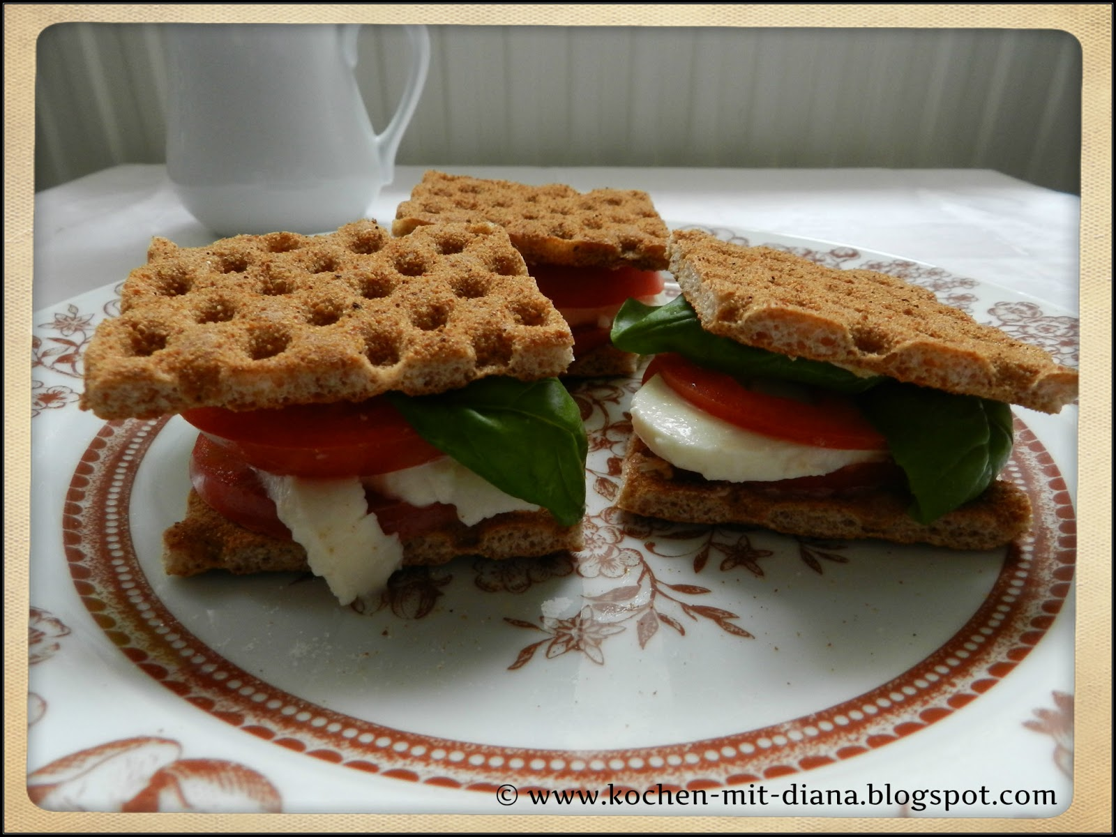 Cracker mit Mozzarella und Tomate