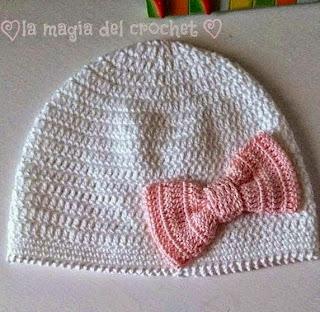 http://dghlamagiadelcrochet.blogspot.com.es/2014/11/gorro-de-bebe-crochet-con-lacito.html