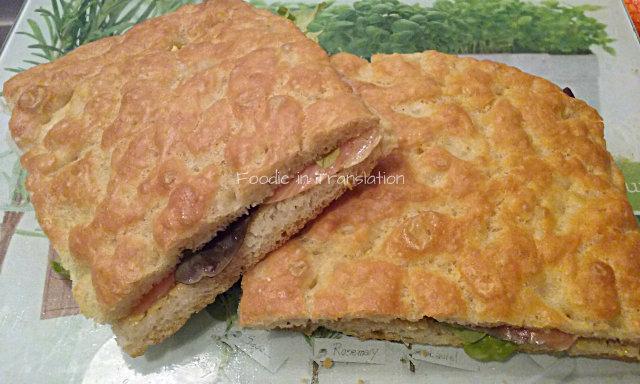 La Rubrica del Lunedì: Focaccia ripiena al salmone affumicato e insalata - Monday's Page: Stuffed focaccia with smoked salmon and lettuce