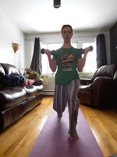 Jeune femme, salon, musculation à la maison, tapis de yoga, poids libres