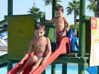 Izan y Joel en un tobogán de Aqualand.