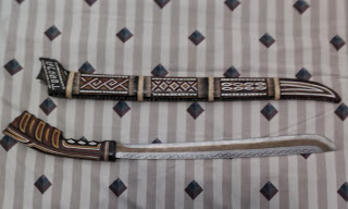 Parang dengan gagang tanduk kerbau dan sarung terbuat dari kayu hitam