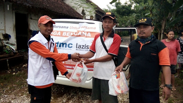 Penyerahan bingkisan amanah donatur kepada salah satu warga terdampak banjir
