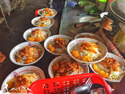 Soto Ayam Pak Gareng yang siap disajikan