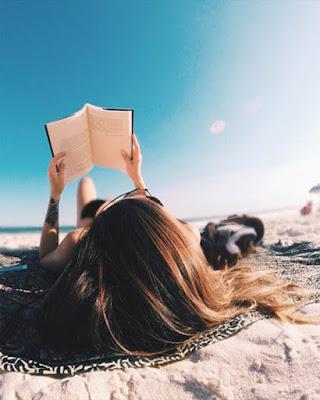 pose tumblr en la playa leyendo libro