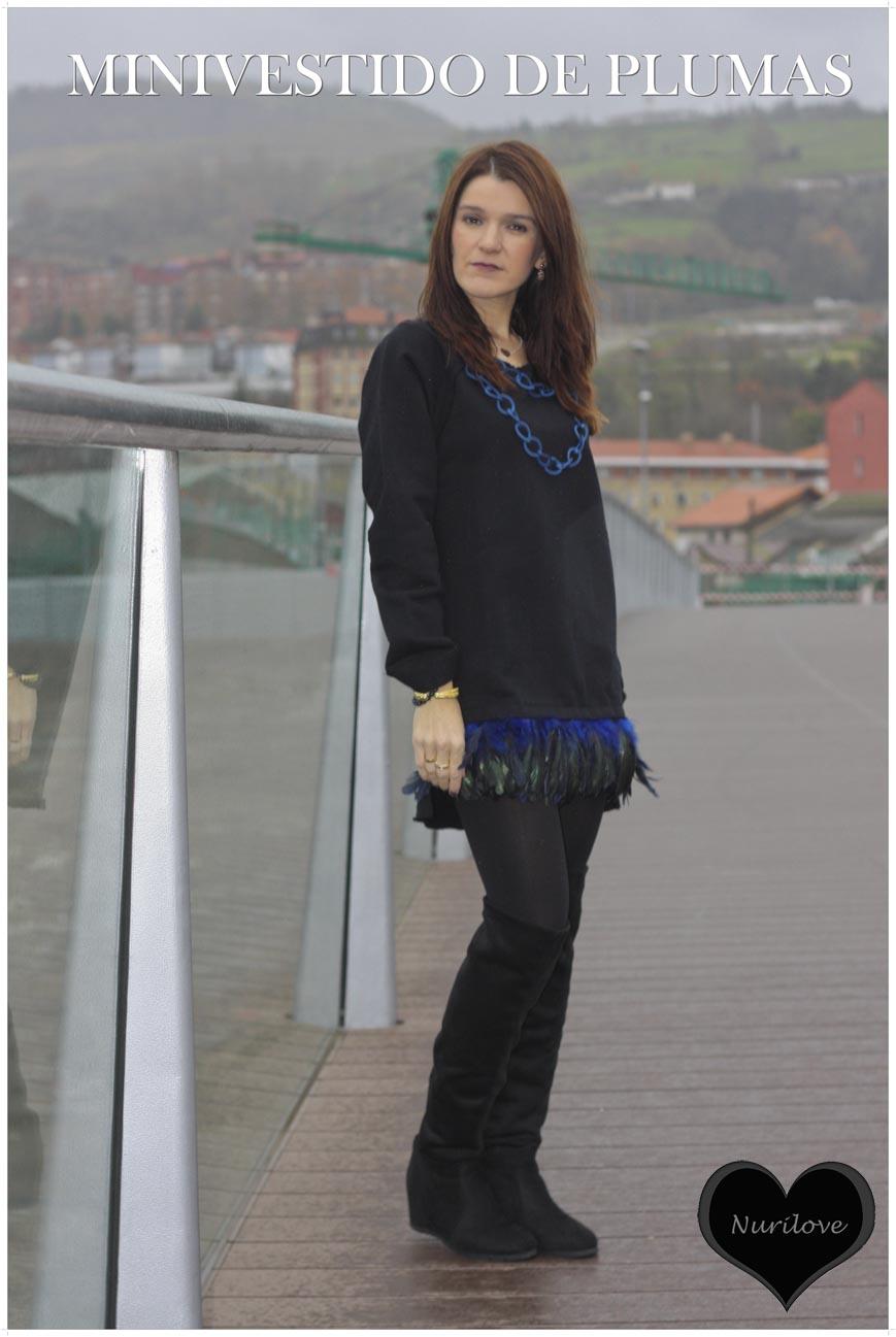 Mini vestido de plumas con botas altas