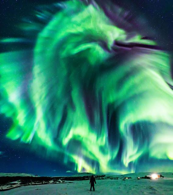 Fotografo cattura immagini mozzafiato dell'aurora boreale a forma di drago