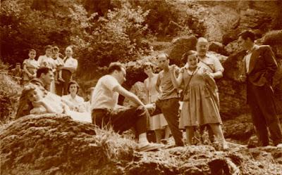 Los ajedrecistas Albareda, Puig, Ribera, Ridameya, Bas, Matías de Llorens y Sánchez, con sus familias en 1956