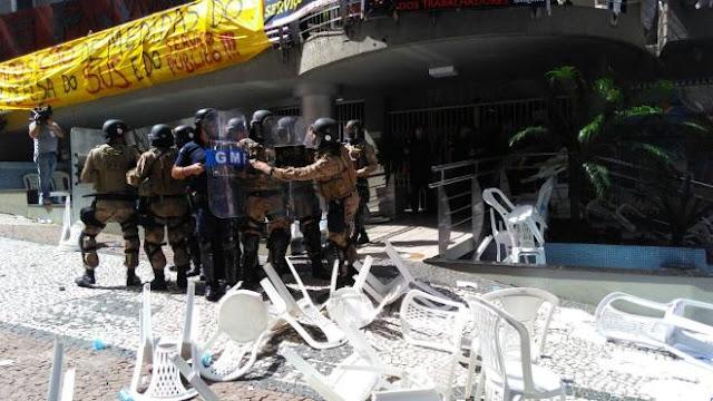 Servidores tentam invadir câmara municipal de Florianópolis e são contidos pela Guarda Municipal e Choque