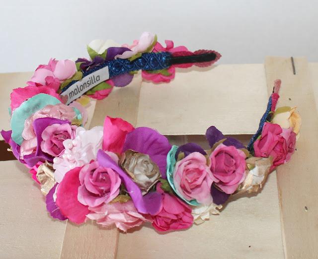 Vista general de la diadema Siena de flores sobre caja de madera