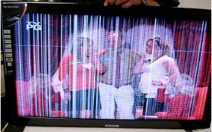 Samsung lineas aparecen en el televisor.