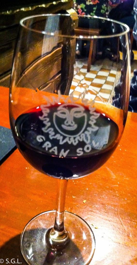 Copa de vino en la taberna gran sol en Hondarribia. Cenar y dormir en Hondarribia.