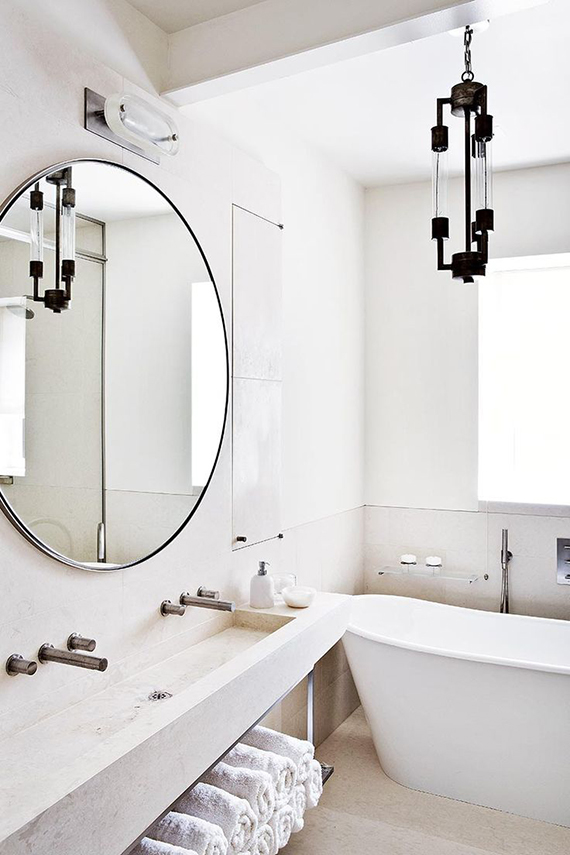 Round bathroom mirror | Image by Manolo Yllera via AD España