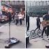 Ο Σάκης Ρουβάς βγήκε στους δρόμους του Παρισιού και τραγούδησε στους περαστικούς