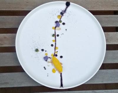 una quenelle de crema de limón y un plato adornado