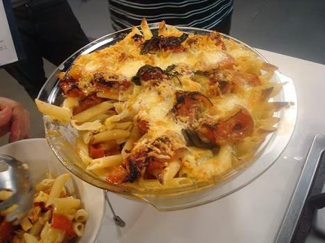 Pasta a la parmesana con tomate y albahaca