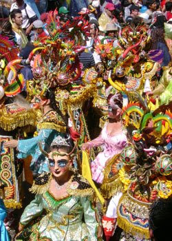 Foto a los personajes de la danza La Diablada