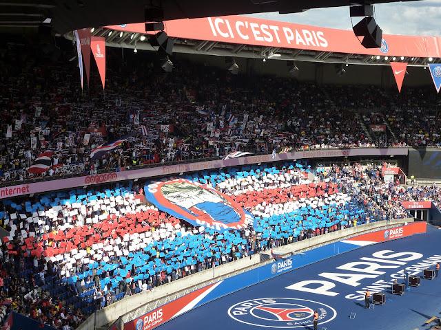 tifo entrée des joueurs PSG Amiens par le Collectif Ultras Paris