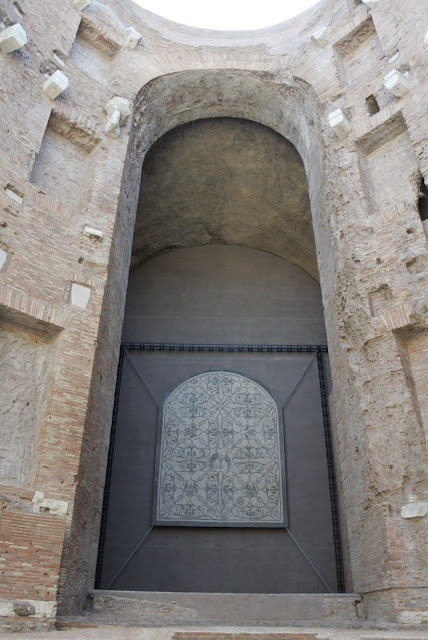 massiivinen kylpylän kaari Diocletianuksen kylpylän raunioissa
