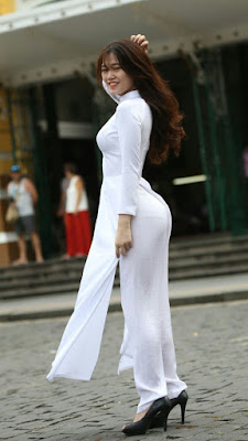 Nữ sinh mặc áo dài khoe mông to