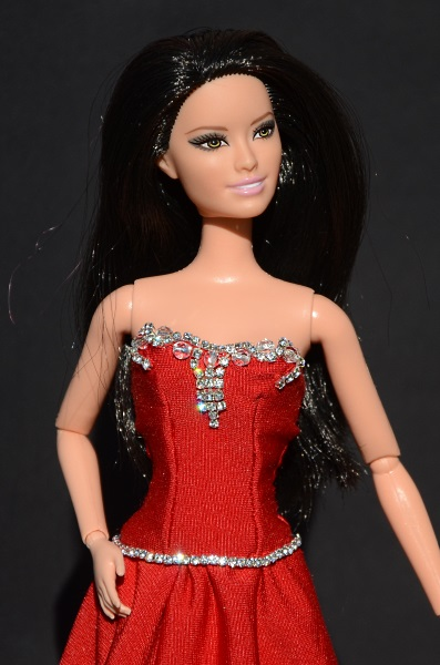 Ręcznie szyta suknia wieczorowa dla lalki Barbie.