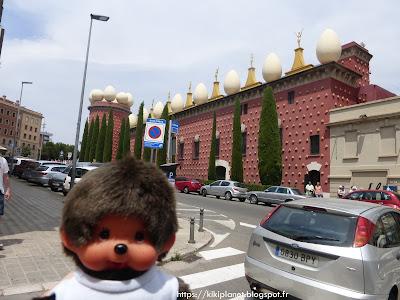 Bubbles le Monchhichi découvre Dalí à Figueras en Catalogne