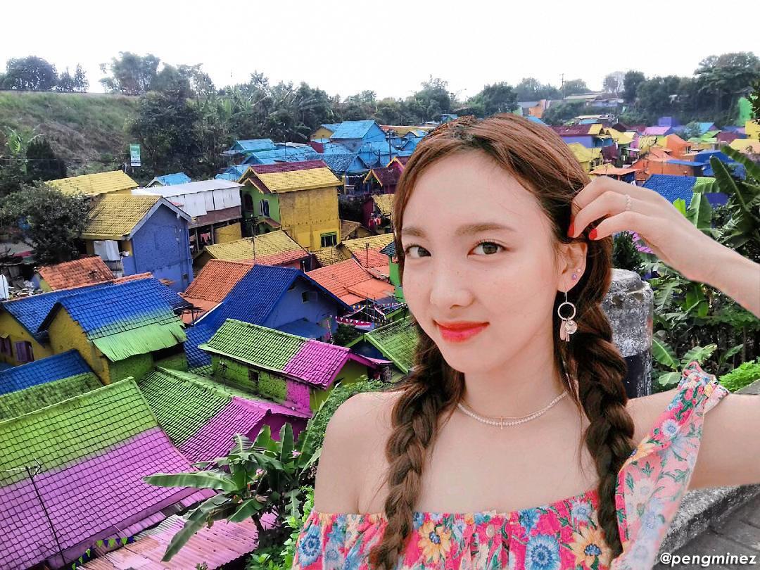 Nayeon Twice selfie di Kampung Warna-Warni Jodipan