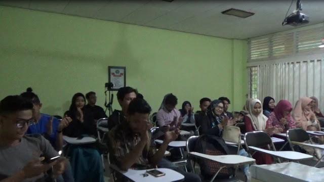 Mahasiswa Fakultas Ilmu Budaya memberikan aplaus terhadap ide-ide yang dipaparkan Tim literasi INPRASA